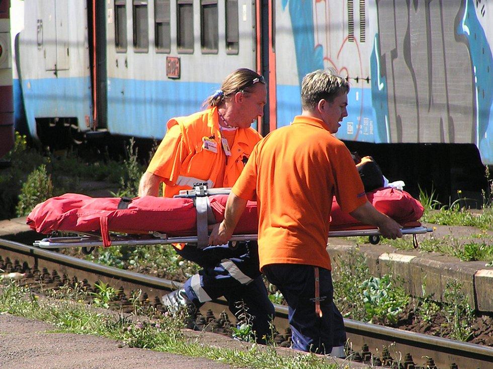 Záchranáři přinášejí nosítka