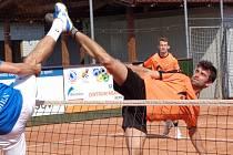 Jakub Fürbacher sleduje souboj nad sítí, který svádí spoluhráč Lukáš Flaks s čakovickým protivníkem