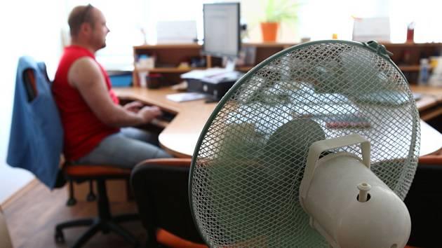 Ne všechny kanceláře jsou klimatizované. Někde jí suplují stolní  větráky.