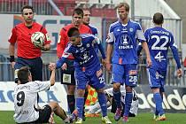 Ondřej Průcha, sedící na zemi, dokumentoval po zápase zmar Vlašimi ve druhém poločase vyjádřený pěti góly Olomouce.