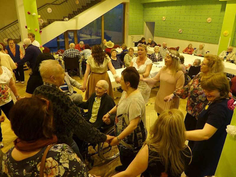 Květinový ples v Domově seniorů v Benešově.