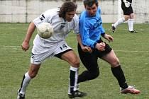 Ve fotbalové I. B třídě se v okresním derby porazilo překvapivě vlašimské céčko domácí Pyšely. V souboji se střetl pyšelský Jiří Maršoun (v bílém) s Kopeckým.