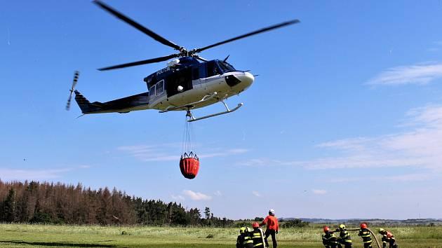 Vrtulník s takzvaným bambivakem při hašení lesního požáru. Ilustrační foto.