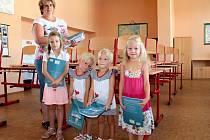 Učitelka ze ZŠ Jiráskova Benešov Jaroslava Šašková a její vnučky Aneta, Nikolka, Kristýna a Kateřina připravují třídu na nový školní rok.