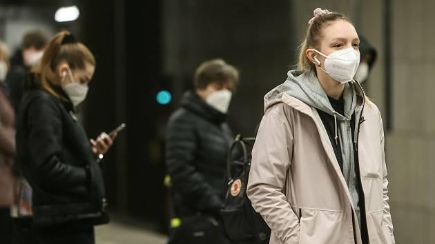 Obligatorisches Tragen von FFP2-Atemschutzmasken an öffentlichen Orten oder in Geschäften.  Illustratives Foto.