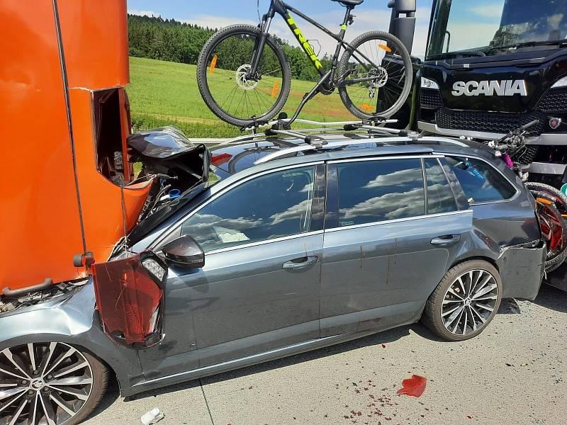 Tragická řetězová nehoda autobusu, osobního auta, kamionu a dodávky na dálnici D1.