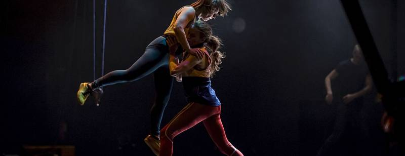vůrci představení Tanec a fyzika Fg = G [(m1m2)/r2] zvou do své fyzikálně-choreografické laboratoře.