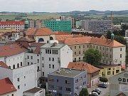 Benešov chce privatizovat jen část ze svých 1870 bytů, ovšem vždy po celých domech, nikoliv po jednotlivých bytech. Jak velkou část ani to, kolik peněz z prodeje bytů chce město utržit, zatím nikdo z vedení města neuvedl.