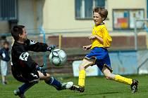MICHAL RATAJ, kanonýr mladších žáků Benešova, právě střílí svůj první gól z pěti do sítě bezmocného brankáře Hořovicka.