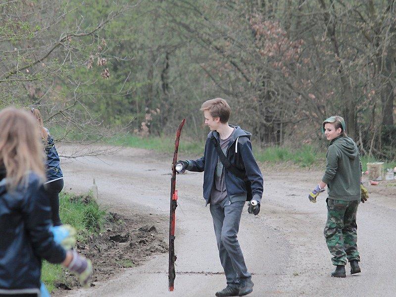 Benešovské studentky a studenti uklízeli nepořádek na okrajích města.
