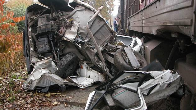 Střet osobního auta a nákladního vlaku ve Znosimi
