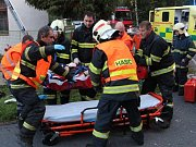 Těžce zraněný motocyklista zůstal po střetu uvězněný mezi plotem a motorkou.