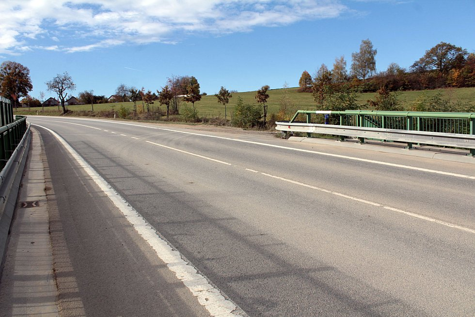 Výjezd od lomu na silnici II/121 u Nazdic.