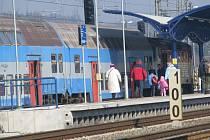 V Čerčanech strojvedoucí jen přejde z motorové lokomotivy na konec soupravy na řídící stanoviště a souprava může odjíždět zpět jako další spoj směr Praha.