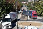 Nehoda kamionu na kruhové křižovatce v Týnci nad Sázavou.