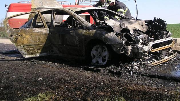 Pyšelští dobrovolní hasiči u vraku auta.