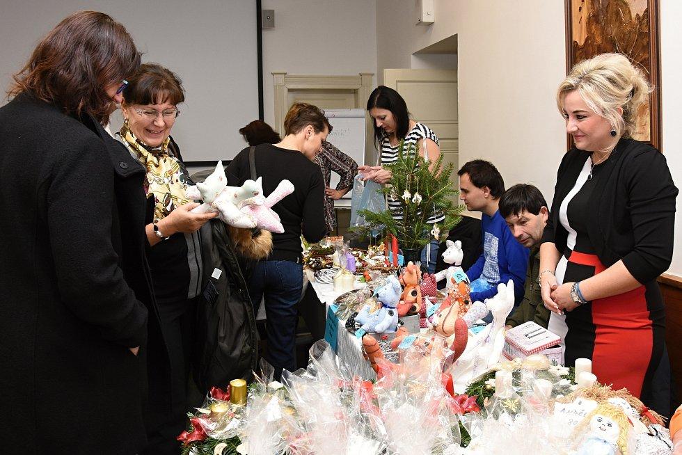 Krajský úřad Středočeského kraje hostil v úterý tradiční vánoční výstavu, na níž vánoční dekorace a rukodělné výrobky nabídly zařízení sociálních služeb.