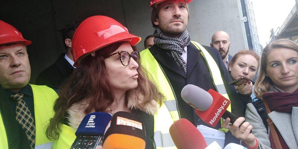Středočeská hejtmanka Jaroslava Pokorná Jermanová při prohlídce stavby lůžkové rehabilitace v Benešově.