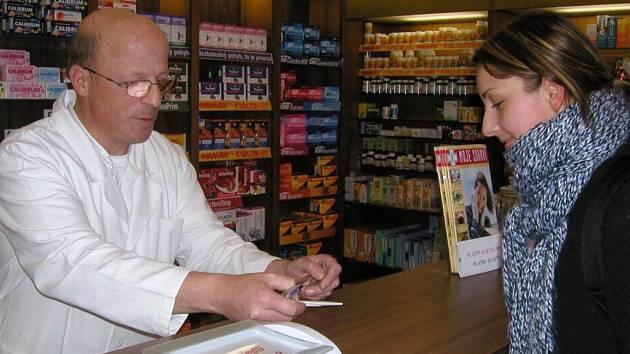 Lékárny by nakonec nemusely být pro obyčejné lidi nedostupnými obchody.