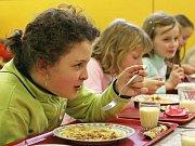 Konvektomat je jakási velká trouba, která umí péci i vařit a její paměť dokonce i zaznamenávat proces přípravy jídla. V Benešovské jídelně v Jiráskově ulici mají dva a tamním kuchařkám už slouží 15 let
