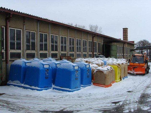 Technickým službám ve Vlašimi se ještě daří vytříděné pet lahve udat. Nové kontejnery ale  čekají na lepší odpadové časy