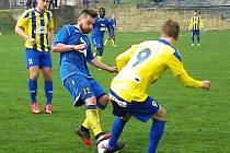 V bojovném zápase málem rozšlápli míč benešovský Michal Bohata (v modrém) a litoměřický Marek Hanuš.