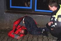 V této poloze našli strážníci mladíka na chodníku u Hotelu Pošta v Benešově