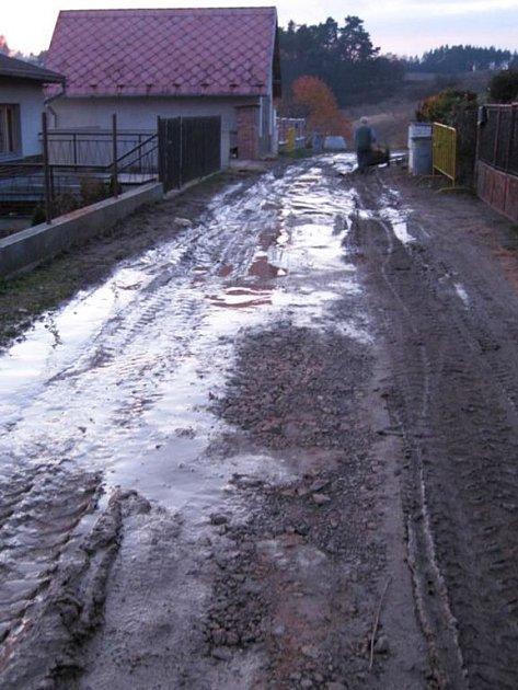 Deště v  uplynulých dnech udělaly z cesty v Peceradech bahenní brod