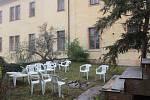 Místem vhodným pro přespávání bezdomovců se stala také zahrada u piaristické koleje.