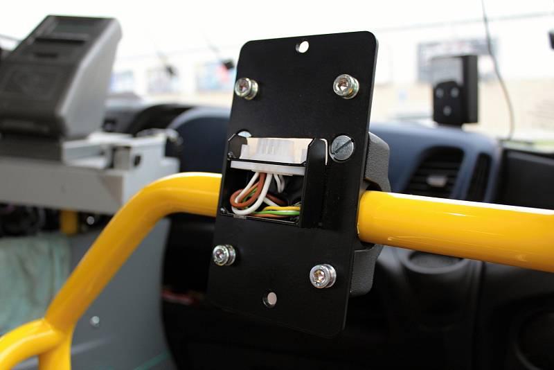 Oranžová linka číslo 1 MHD Benešov. Automat na označování jízdenek je demontovaný, MHD jezdí v Benešově zdarma.