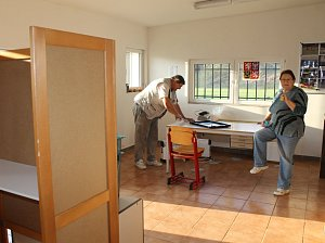 Příprava volební místnosti ve volebním okrsku číslo 12 Týnce nad Sázavou. Sídlo volebního okrsku je v Čakovicích v kabinách na fotbalovém hřišti. Na snímku připravují volební místo manželé Kadeřábkovi.
