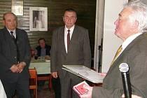 """Předání odznaku """"Zasloužilý včelařský pracovník"""". Zleva František Hlaváček z  Vlašimi a Jan Šíma z Benešova,  předává MVDr. Miloslav Peroutka."""