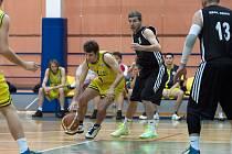 Benešovský Tomáš Procházka (ve žlutém) je bráněn D. Ruferem.