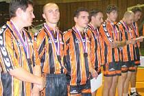 """Zklamání hráčů Šacungu z finálové porážky s Modřicemi v roce 2006. Bude se i letos na jejich hrudi lesknout """"jen"""" stříbrná medaile, nebo dosáhnou na zlato?"""