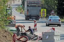 Z výstavby chodníků u hlavní silnice z Týnce nad Sázavou do Benešova v Bukovanech.