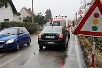 Výstavba chodníku v Chlístově komplikuje cestování po silnici z Benešova do Týnce nad Sázavou.