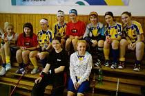 Hráčky Benešova v pauze mezi zápasy. Nahoře (zleva): Němcová, Majerová, Hejzlarová, Perná, Polívková, Bedleková, Hrabětová, Chmileová, dole (zleva): Červová, Pokorná.