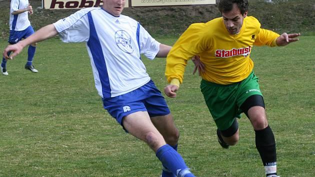 Poříčí vypráskala Čáslav osmi góly. S hostujícím Bedřichem Francem (vlevo) svedl souboj i Tomáš Naňák.