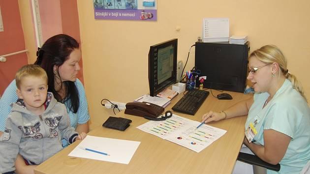 Lucie Váňová se synem Pavlíkem hovoří s nutriční terapeutkou Terezou Filipovou.