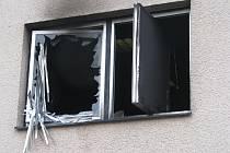 Zápalnou láhev vhodil žhář do okna exekutorům