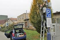 Kameru před školní jídelnou instalovalo Centrum dopravního výzkumu v úterý 4. listopadu, ve čtvrtek jí zase odmonotovalo. Služební auto na trávě nemělo co dělat.