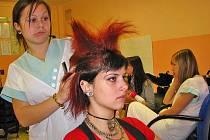 Školní soutěž kadeřnic s tématem Žijeme punkem.