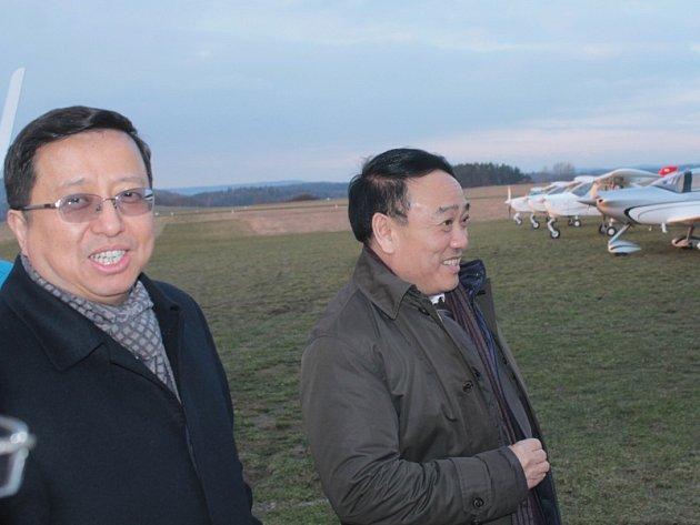 Sečuánská delegace s viceguvernérem provincie Liou Ťie a prezidentem letecké společnosti Sichuan Airlines Li Cha-jing jednala v Nesvačilech o výcviku pilotů a montáži sportovních letadel v Číně.