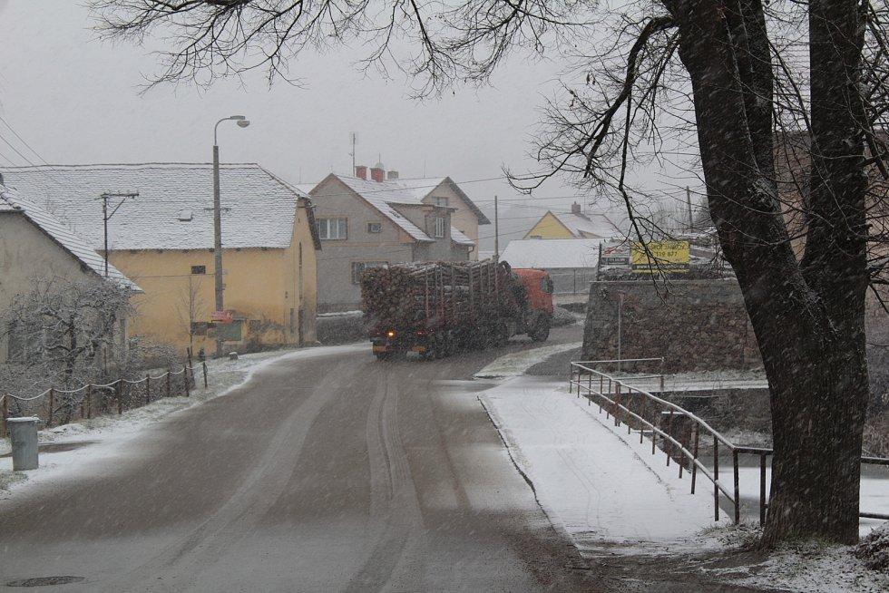Po hrázi Pivovarského rybníka v Louňovicích pod Blaníkem vede krajská silnice II/125 z Vlašimi do Tábora.