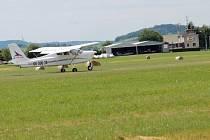 Letiště Benešov v Nesvačilech má licenci na mezinárodní provoz. Kdo ho bude od 1. prosince z věže, která je v majetku města, řídit, není jasné. Bystřice chce smlouvu na déle než rok, kraj nemá provozovatele s licencí.