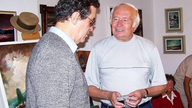 Jedním z těch, kteří už nějakou dobu s ochranáři aktivně spolupracuje je vlašimský výtvarník Stanislav Příhoda (na snímku vpravo)
