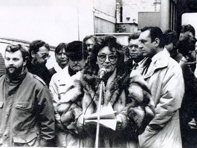 Generální stávka 27. listopadu 1989 na Vítězném náměstí v Benešově. Za řečnící Vlastou Chromou vpravo příslušníci SNB.