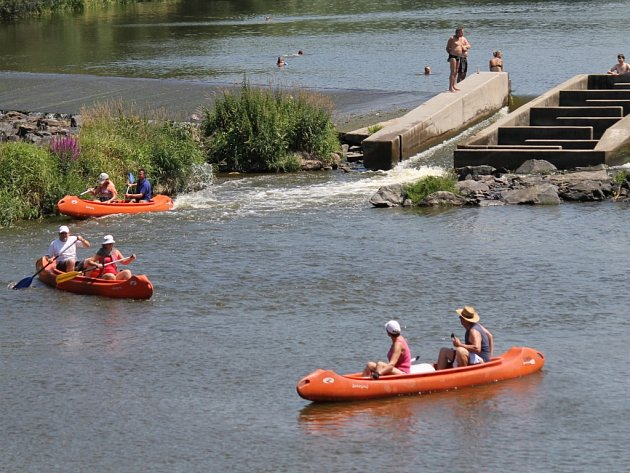 Tropické horko během prvního červencového víkendu bylo možné zpříjemnit pobytem u vody či ve vodě. Třeba v řece Sázavě v Sázavě.