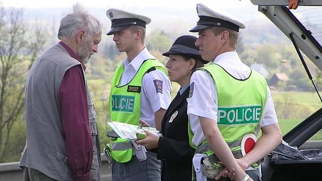 Mluvčí policie Zuzana stránská při rozhovoru s řidičem.