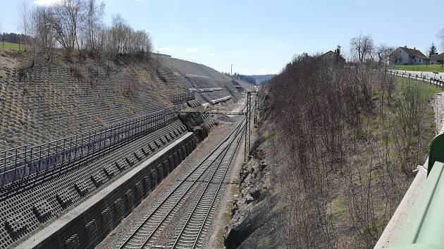 Železniční koridor v úseku u nazdického zářezu nedaleko Votic na snímku z dubna roku 2021.